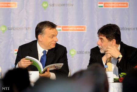 Orbán Viktor és Fellegi Tamás nemzeti fejlesztési miniszter beszélget az Új Széchenyi Terv bemutatóján (Fotó: Kovács Attila)