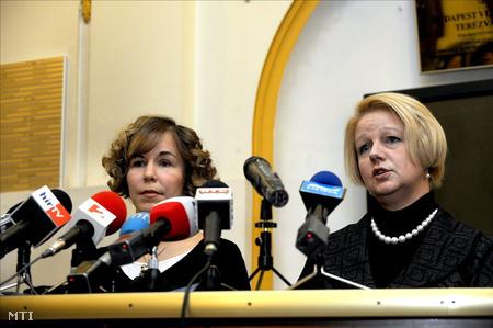 Hassay Zsófia, Terézváros polgármestere és Sajtos Csilla jegyző sajtótájékoztatót tart a városházán