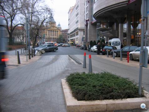 Zsúfoltabb hétköznapon ott, a Kempinsky előtt fordulnak meg azok, akik nem csak a belvárosban szeretnének bolyongani, hanem határozott céljuk is van, Budapest valamelyik távolabbi pontján. Aki azt gondolja, ez a forgolódás nem okoz fennakadást, és nem fokozza a dugót, az téved