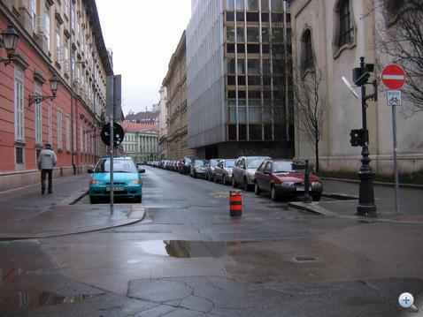 A Városház utcát már két oldalról is oszlop védi, igaz, itt megfigyelhetjük azt a táblát, ami engedélyezi az egyirányú utcába a kerékpárosok behajtását. Ha ez a kiegészítő tábla nincs felszerelve, ugyanúgy tilos még bringával is behajtani ebből az irányból!