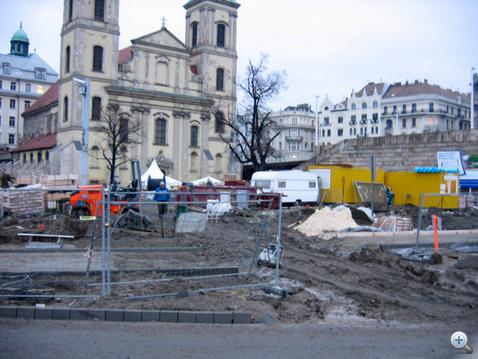 Nem háborús film forgatása - Március 15 tér, átalakítás alatt. Ha jól látom, ide sem lehet majd autóval bemenni, parkolni, meg végképp esélytelen. 70-80 parkolóhely, ágyő