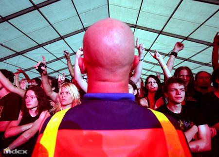 Biztonsági őr egy koncerten (fotó: Földes András)