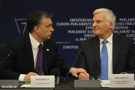 Orbán Viktor és Jerzy Buzek, a parlament elnöke az eseményt záró sajtótájékoztatón