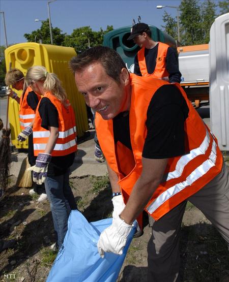 2009. április. Frei zsákba rakja a szemetet a csepeli szelektív hulladékgyűjtőnél.  (Fotó: Kallos Bea)