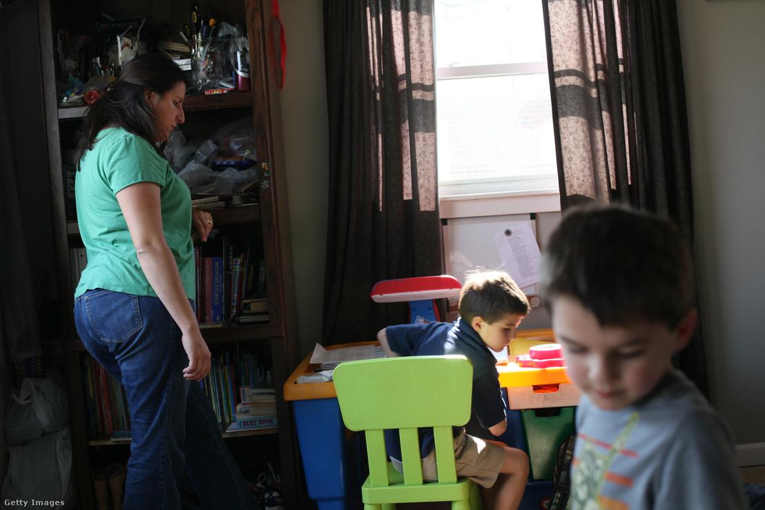 Michelle idősebbik fiát ADHD-val diagnosztizálták. Amikor hazaérnek az iskolából, azonnal bemennek a házba és leülnek tanulni, hogy a fiúnak ne essen szét a figyelme, ezzel a módszerrel sikerült elérni, hogy hatékonyan tudjon készülni az óráira.