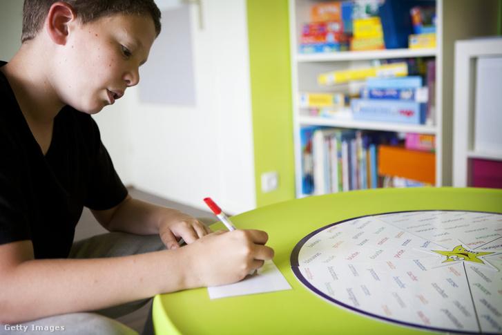 12 éves, olvasási, írási és beszédproblémákkal küzdő fiú terápiás foglalkozáson a franciaországi Prodys egészségügyi központban