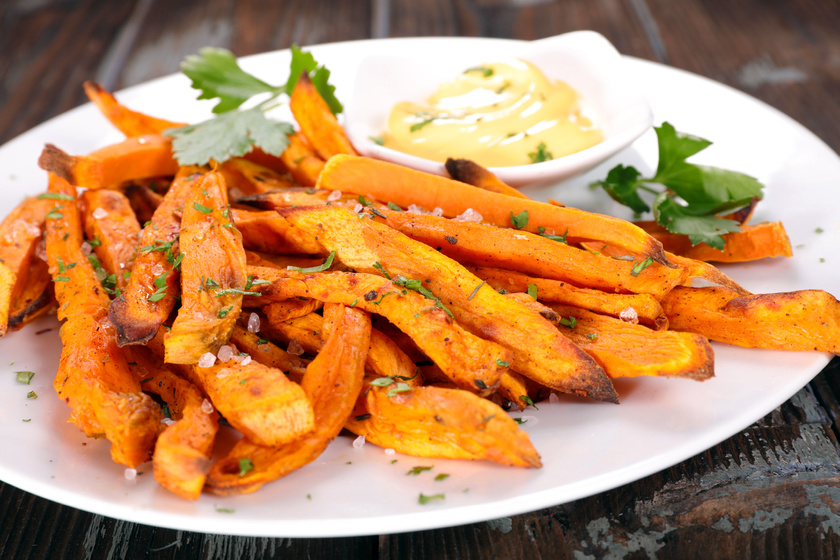 A diétázók a leggyakrabban édesburgonyát használnak krumpli helyett, melyet minden receptben alkalmazhatsz. Ugyan több benne a kalória és a szénhidrát, de a rost is, így laktatóbb, és vitaminban is gazdagabb.