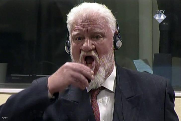 Slobodan Praljak nyugalmazott tábornok a horvát védelmi minisztérium volt helyettes vezetője iszik valamit fellebbviteli ítélethirdetésén az egykori Jugoszlávia területén elkövetett háborús bűnöket vizsgáló hágai Nemzetközi Törvényszék tárgyalótermében 2017. november 29-én.