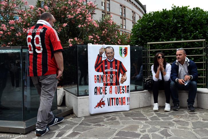 Berlusconi támogatói és újságírók várakoznak a milánói kórház előtt 2016. június 14-én , ahol a volt miniszterelnököt műtötték
