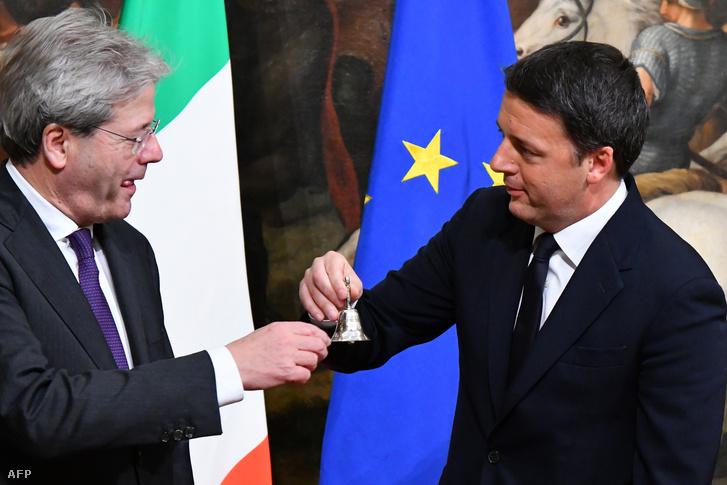 Paolo Genitoli a miniszterelnöki esküjét követően egy ezüstcsengőt vesz át Matteo Renzi korábbi miniszterelnöktől 2016. december 12-én Rómában