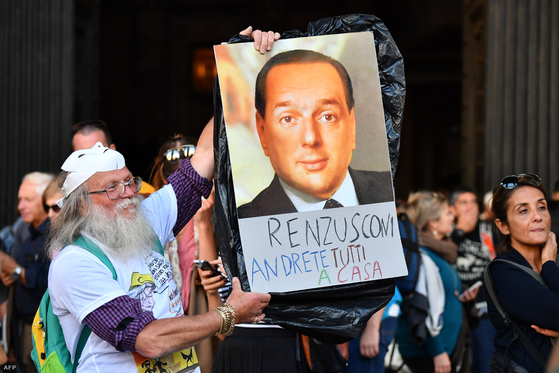 Az 5 Csillag Mozgalom egyik támogatója az új választási törvény ellen tiltakozik 2017. október 25-én Rómában