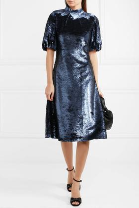 Emilia Wickstead ezüstös kéken csillogó egyrészese 1600 fontba, kb.556 ezer forintba kerül.