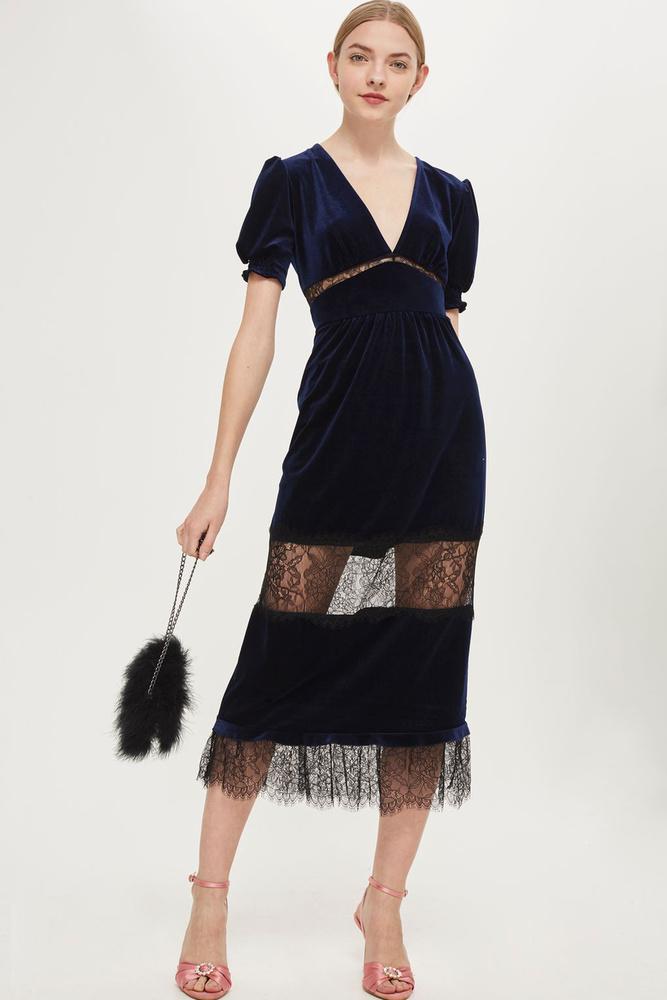 Ez az áttetsző anyaggal kombinált sötétkék ruha akciós a Topshopban, 29 fontért, kb.10 ezer forintért lehet lecsapni rá.