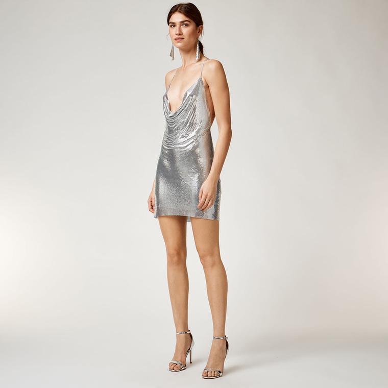 Szerencsére a Warehouse is lekoppintotta a Kendall Jenneren és Paris Hiltonon látott ezüst minit és 99 fontért, kb.34 ezer forintért árulja azt.