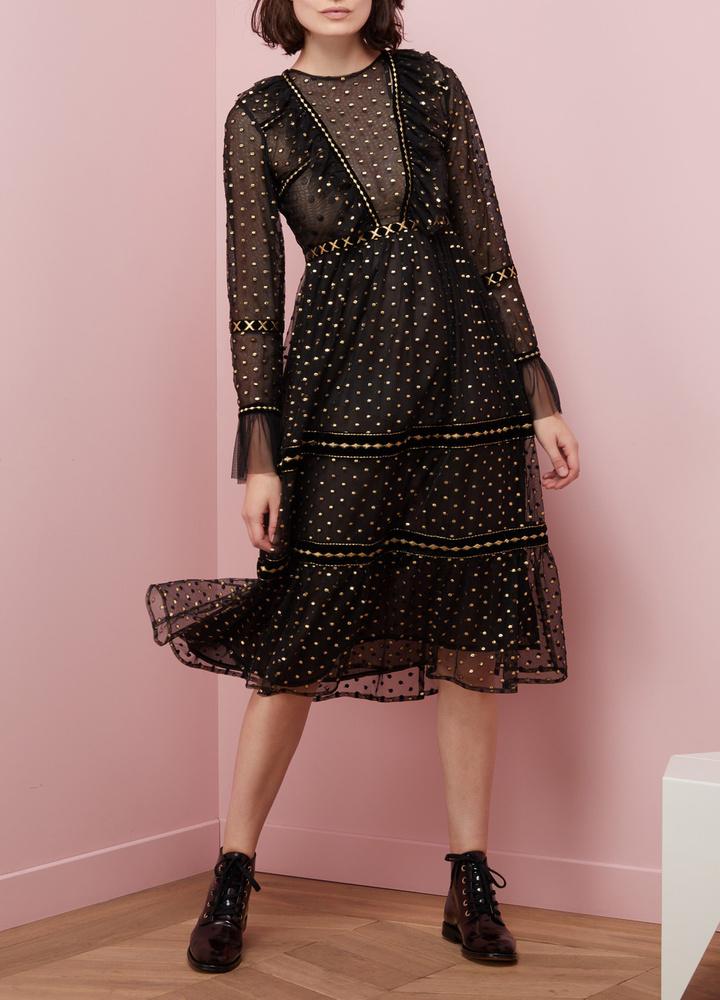 Ez az áttetsző anyaggal kombinált fekete ruha 1085 fontba, kb.377 ezer forintba kerül a 24 Sevres oldalán.