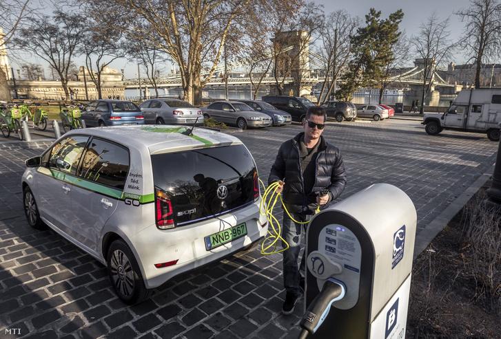 A GreenGo egyik autója Budapesten 2016. december 29-én.