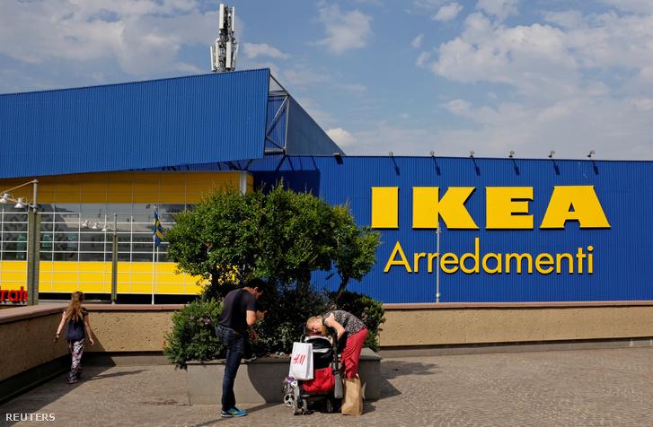 Házaspár kisgyerekkel egy olasz IKEA előtt