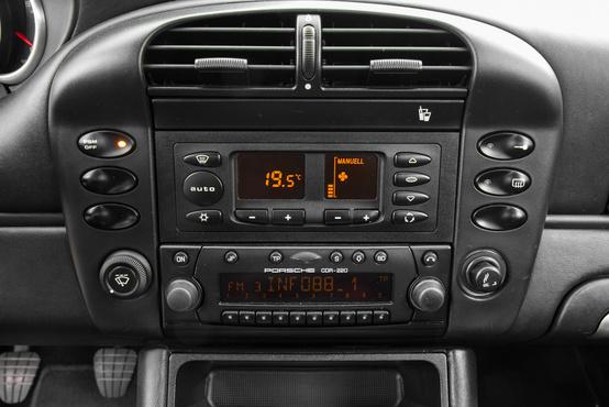 Roland most fedezte fel, hogy ez tulajdonképpen egy Audi A4 klímapanel, csak más az előlapja. És tényleg!