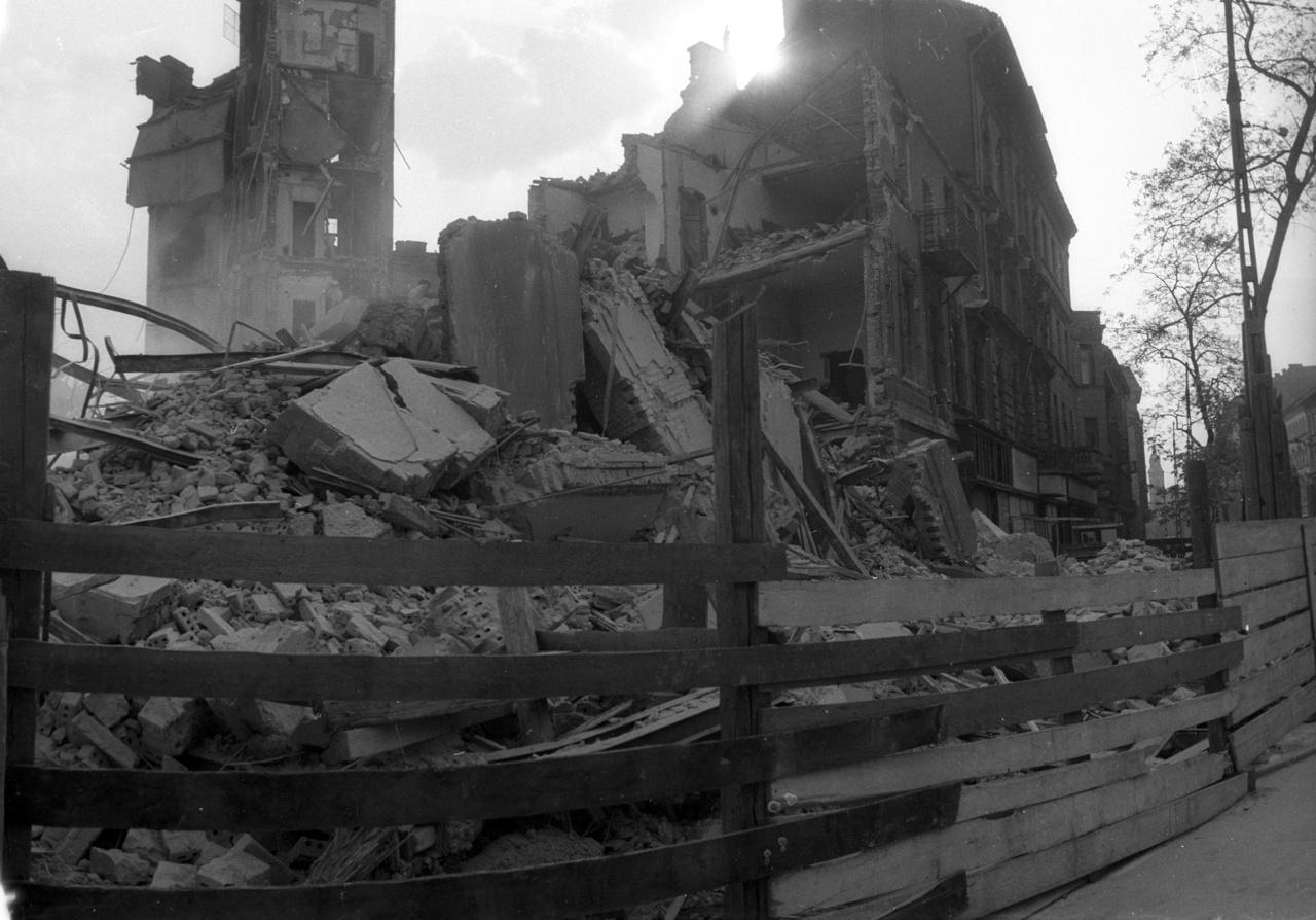 A bontás egészen a Baross utcáig terjedt: a nagyratörő ÁRT-nak az Üllői út felé eső részen nemcsak házak, de utcák is áldozatul estek.