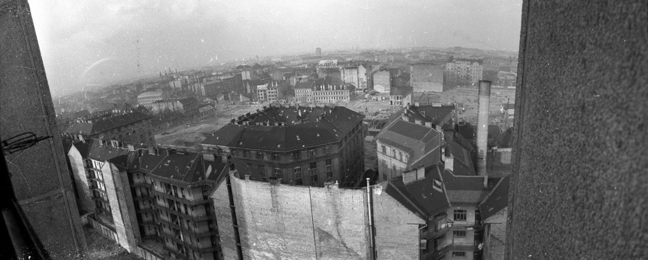 A szocialista toronyház-építészet egyik büszkesége, a Tömő utca 48-54. Kilátással a hatvanas évek Óbuda melletti legnagyobb rekonstrukciós területére, ahol a II. ötéves lakásépítési terv szerint elavult, komfort nélküli lakásokat számoltak (volna) fel.
