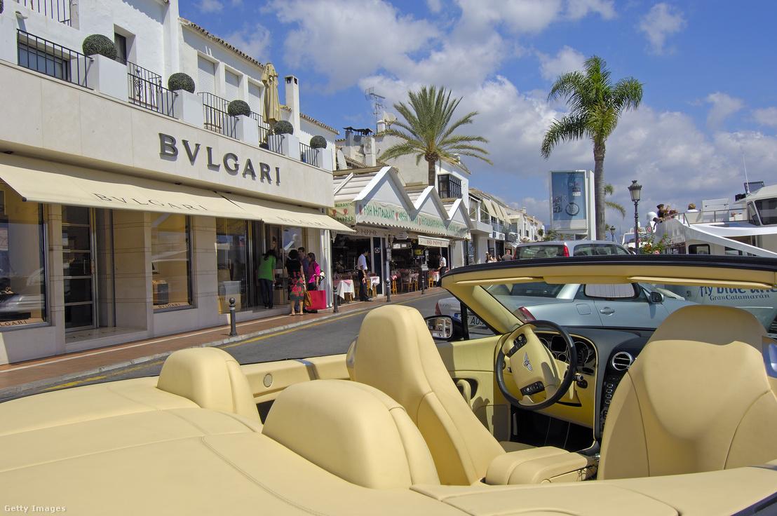 Luxusautó és luxusüzletek Marbella jachtkikötőjében