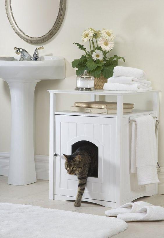 Rendezz be egy szekrényt külön a cicádnak, ahova bőven elfér a macskaalom! Arra ügyelj, hogy macskaajtót szerelj fel a szekrény oldalára!