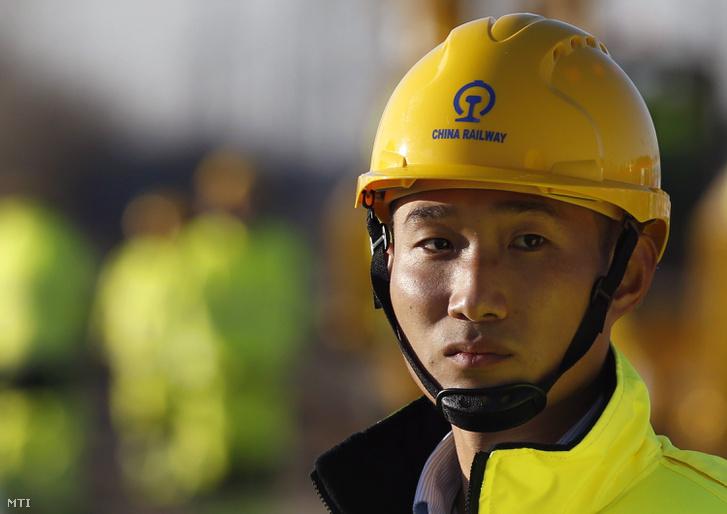 Kínai munkás egy ünnepségre vár amellyel megkezdődik a Budapest-Belgrád vasútvonal szerbiai szakaszának felújítása a Belgrád melletti Zimonyban 2017. november 28-án.