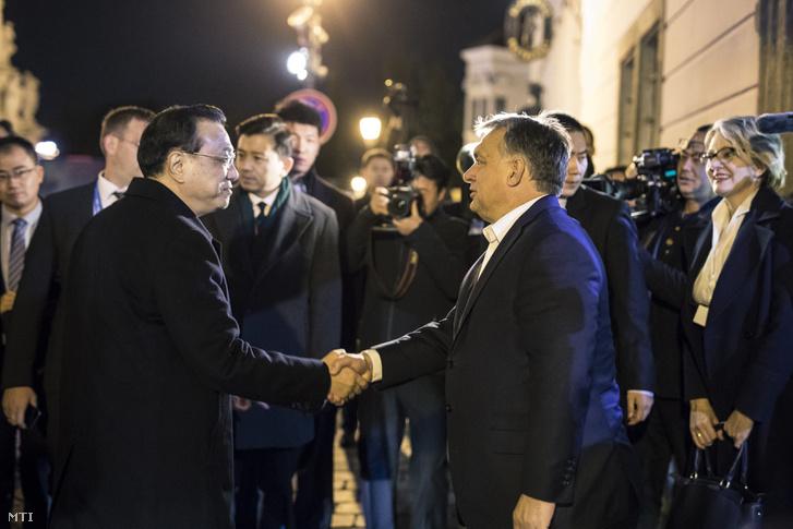 A Miniszterelnöki Sajtóiroda által közreadott képen Orbán Viktor miniszterelnök (j) kezet fog Li Ko-csiang kínai kormányfővel az I. kerületi Alabárdos étteremnél 2017. november 26-án