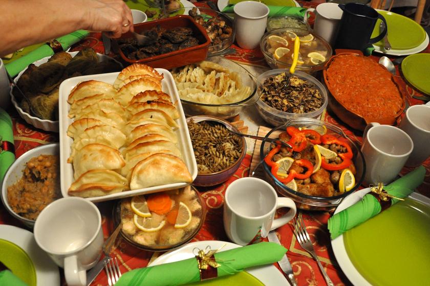 A lengyeleknél gyakori a 12 fogásos menü, melyben helyet kapnak sült halak, kompótok, egy babka nevű édes kenyérféleség, valamint mákos sütik és tészták - melyek a gazdagság biztosítékai.