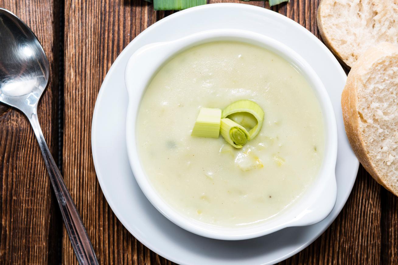 Forró, krémes póréhagymaleves tejszínnel habarva - Egy tányér is jól felmelegít