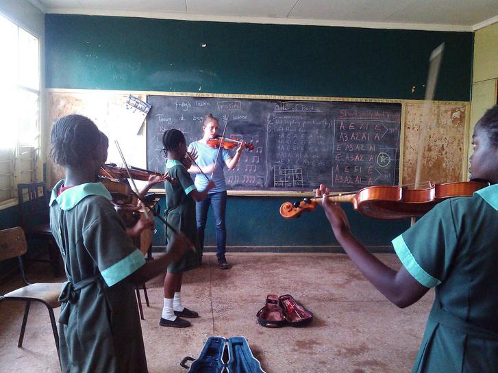 Karis Crawford tanítja a gyerekeket hegedülni