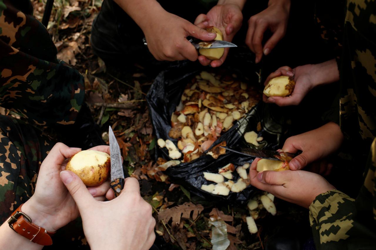 Katonai krumplihámozó.