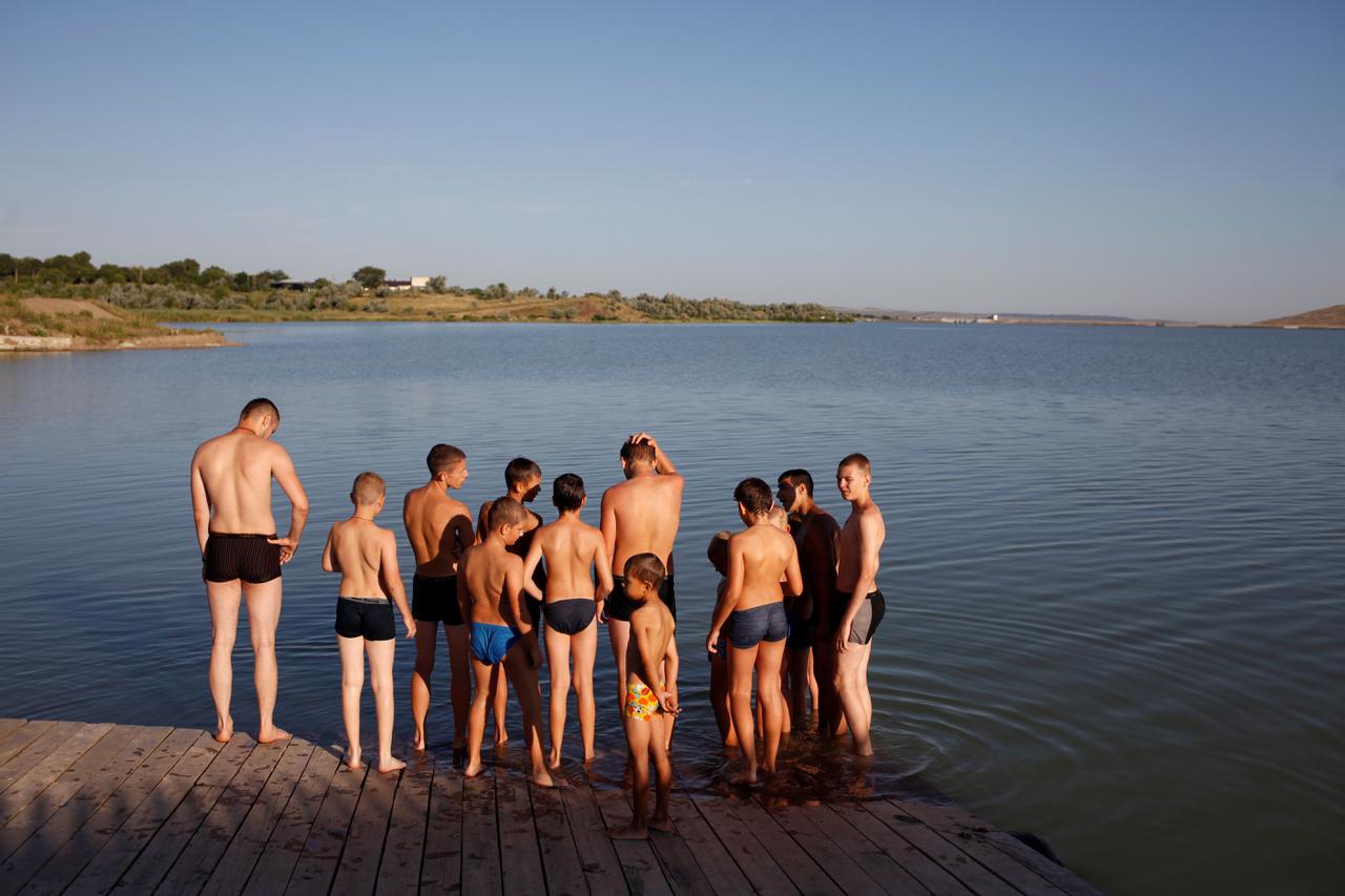 Iskolai tábor Sztavropol mellett, ahol épp vendégül látják a jevpatorijai hazafias klub tagjait. A Krímen fekvő jevpatoriai klub meghívása szimbolikus is, elvégre a félszigetet 2014-ben Ukrajnától Oroszország egyoldalúan elcsatolta. Táborok működtek ott korábban is, a Krím ugyanis kiemelt helye volt az orosz hadiflottának, a különleges státuszú Jaltában működött a Fekete-tengeri Orosz Flotta bázisa a Szovjetunió felbomlása után is. Mostanra azonban még hangsúlyosabb a katonai objektumok működtetése a félszigeten.
