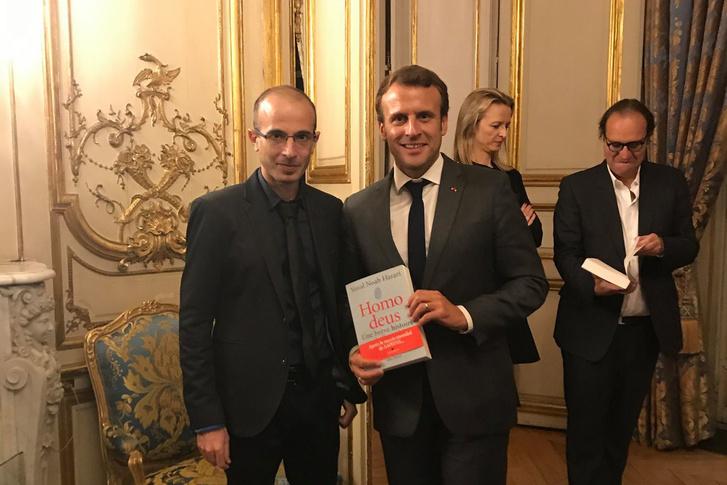 Yuval Noah Harari és Emmanuel Macron francia államfő