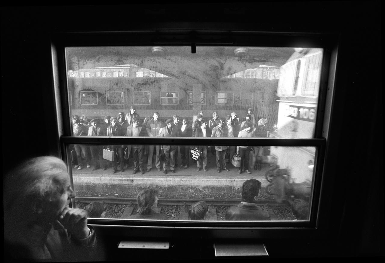 """Korniss a fekete vonaton találkozott egy tiszaeszlári brigáddal, amelynek egyik tagját, Skarbit Andrást aztán mintegy tíz éven át fotózta. A Tiszaeszlár és Budapest között ingázó Skarbit megtalálása csaknem másfél év munkája volt. """"Skarbit Andrást (...) Bármilyen furcsán hangzik is – a fényképezőgép választotta ki magának"""" – áll A vendégmunkás című könyv előszavában.                         A kép a miskolci pályaudvaron készült, 1984-ben."""