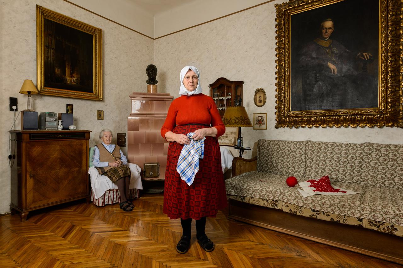 A kiállítás utolsó szekciója a Budapesten munkát vállaló erdélyi asszonyokkal foglalkozik, akiknek a munkái lehetővé tették, hogy Korniss a két fő témáját, vagyis az eltűnő hagyományos paraszti világot és a vendégmunkás életformát összehozza.