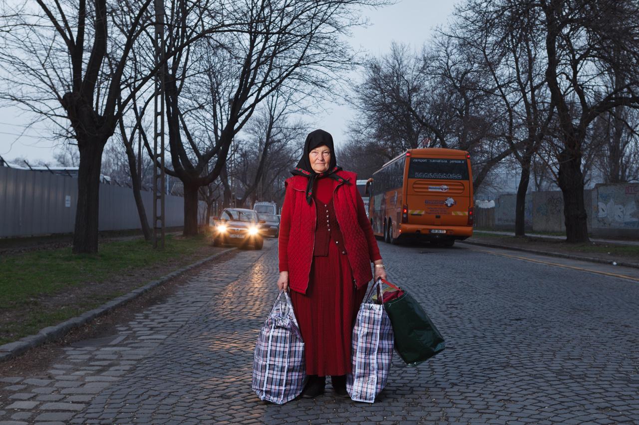 Sok erdélyi asszony a szülőhelyétől távol, a magyar fővárosban keres magának megélhetést. Többnyire takarítanak, idős embereket gondoznak vagy népművészeti portékákat árulnak, majd a megkeresett pénzt hazaküldik vagy hazaviszik a családjuknak. Ez a sorozat az elmúlt három évben készült, és a Magyar Nemzeti Galéria kiállításán látható első alkalommal.