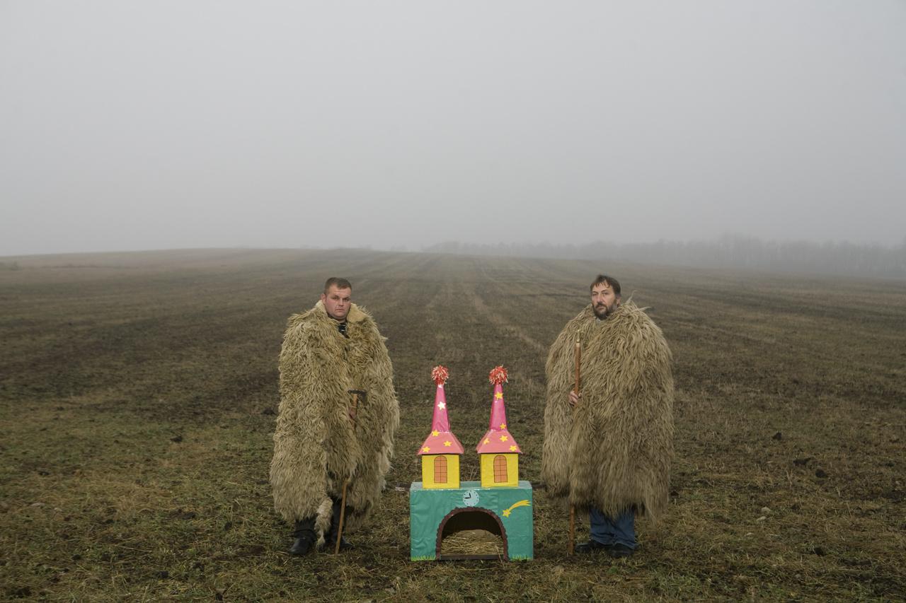 Karácsonyi hangulat és betlehemesek a szántóföldön, 2011-ben. A Nemzeti Galéria Korniss-kiállításán külön szekcióba rendezték a fotós betlehemezést feldolgozó képeit.