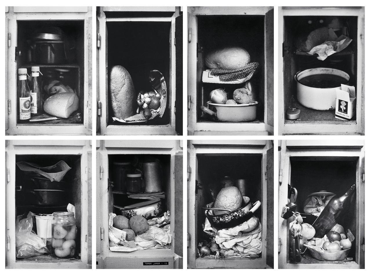 Skarbitnak és a hozzá hasonlóknak a város csak szállást adott, otthont nem. A paraszti életforma ezen a képeken már városi környezetben jelenik meg. Ételszekrények az 1979 és 1985 közti időszakból.