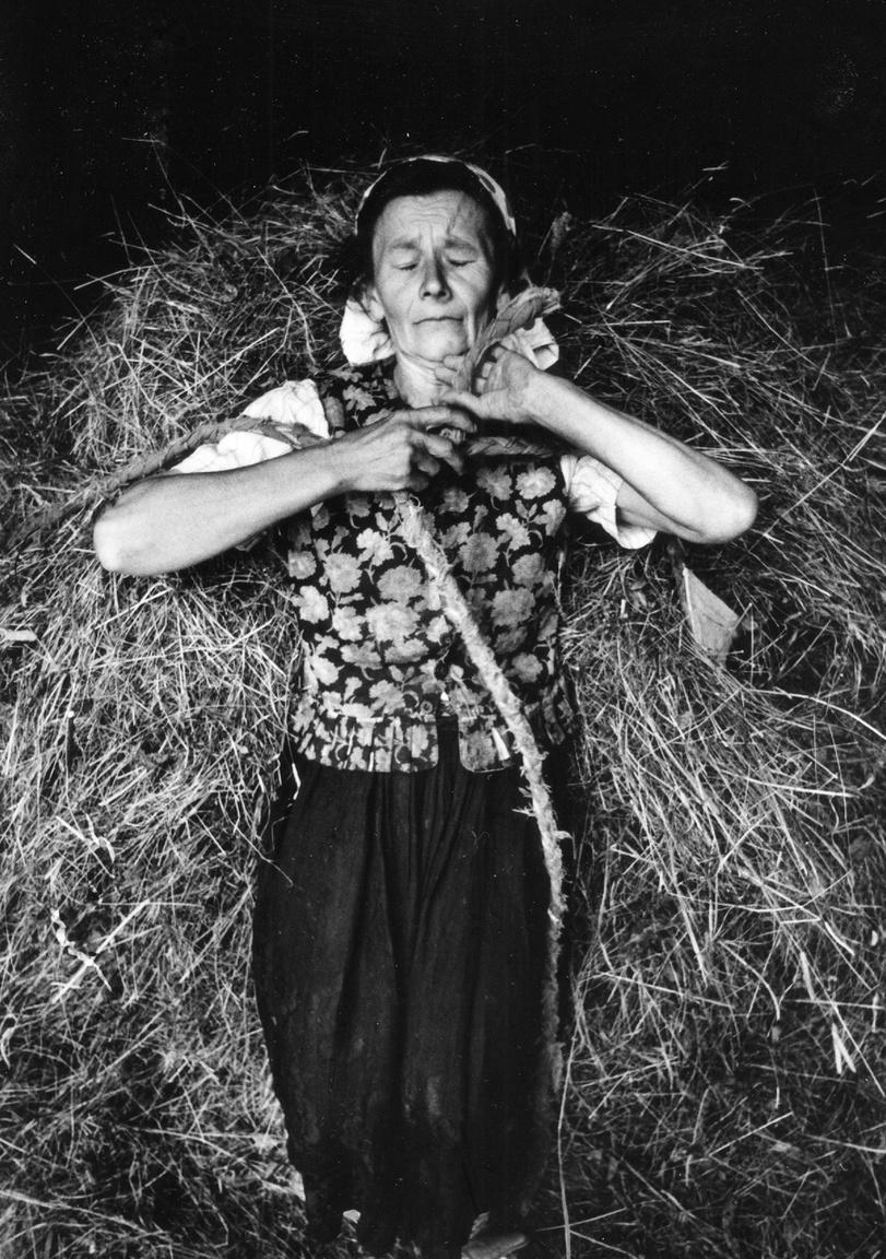 A hatvanas évek végén és a hetvenes évek alatt – tehát amikor Korniss ezeket a képeket készítette – Erdély és a paraszti világ nemhogy divatos téma nem volt, hanem különösen érzékeny területnek számított. Szénahordó asszony 1977-ből.