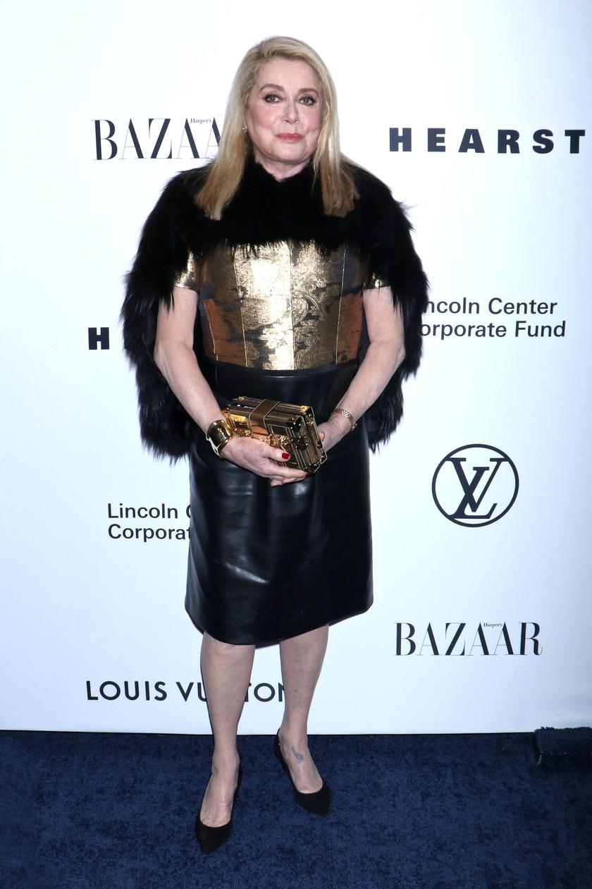 A színésznő remekül nézett ki ebben az arany-fekete ruhában, amit csillogó kiegészítőkkel és egy stílusos műszőrmével párosított.