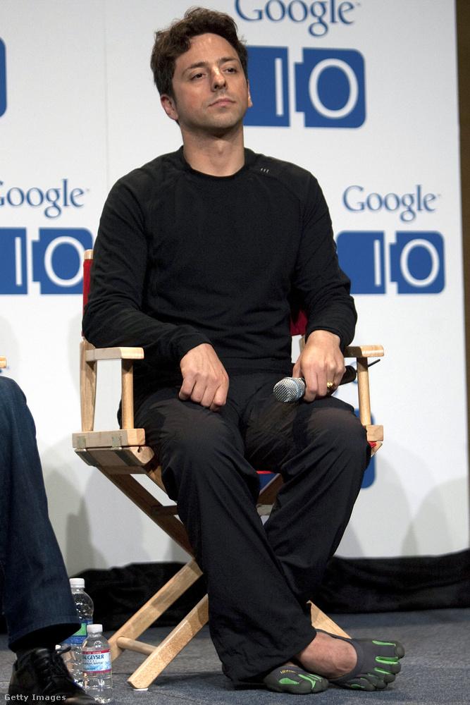 Sergey Brin orosz származású amerikai üzletember, a Google egyik alapító társtulajdonosa, aki híresen rajong a furcsa formájú lábbelikért