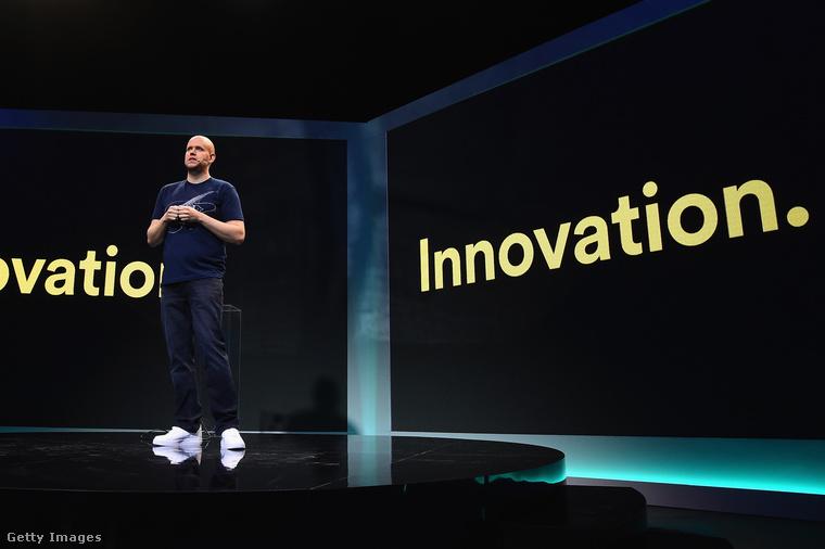 Ő Daniel Ek, a Spotify 34 éves, svéd származású vezérigazgatója, aki a Nike egyik legszimbolikusabb darabjában, az 'Air Force 1-ben' tart előadást New Yorkban.