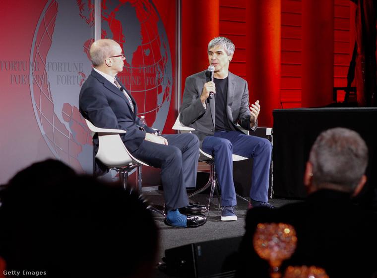 És talán Pichai ad öltözködési tanácsokat a Google egyik alapító-tulajdonosának, a 44 éves Larry Page-nek (szürke öltöny,fekete póló) akinek valószínűleg szintén nem okoz gondot 150 ezer forintot kifizetni egy pár Lanvin cipőért, mivel a Forbes 47,8 milliárd dollárra becsülte a vagyonát a 2017-ben.
