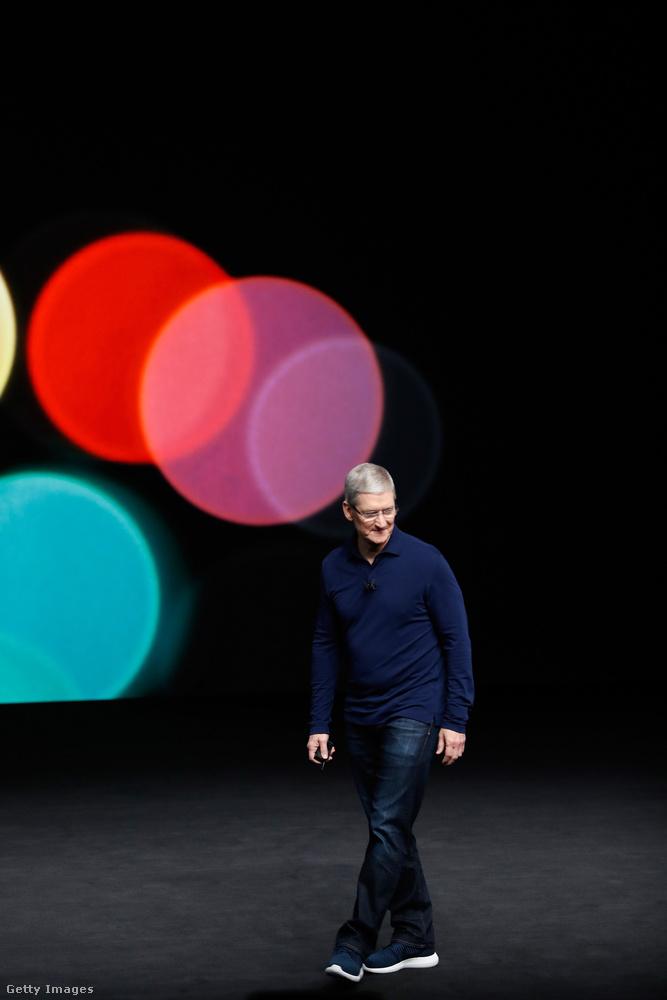 Ő Tim Cook, az Apple vezérigazgatója és a Nike igazgatótanácsának tagja, ennek tudatában pedig teljesen érthető, hogy az 57 éves üzletember általában Nike cipőt visel a hétköznapokban.