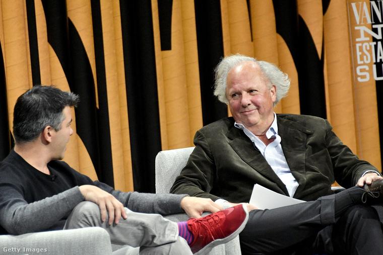 Travis Kalanick, az UBER vezérigazgatója piros Nike cipőben és farmerben beszélget a Vanity Fair egyik szerkesztőjével San Franciscóban.