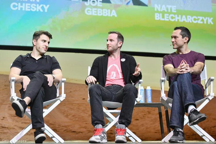 De nemcsak Chesky, a másik két Airbnb alapító is szereti az edzőcipőket, a tavalyi Airbnb Open eseményre mindhárman ilyen cipőben ültek be, Chesky (balra) egy SeaVees darabot viselt, Gebbia (középen) Reebokban és Blecharczyk (balra) Nike cipőben feszített.