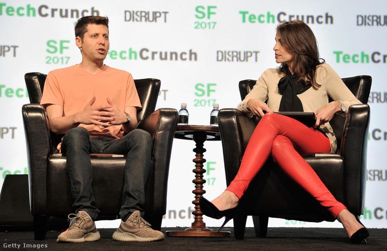 Sam Altman bézs edzőcipőben a szeptemberi TechCrunchon San Franciscóban.