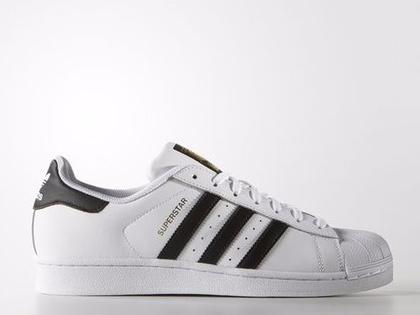 A három csíkos 'Superstar' cipő átlagosan 80 dollárba, körülbelül 21 ezer forintba kerül az üzletekben.