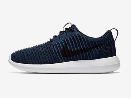 Egy ilyen farmer árnyalatú 'Roshe 2 Flyknit' cipőért 105 dollárt, körülbelül 27.700 forintot kérnek a Nike-nál.